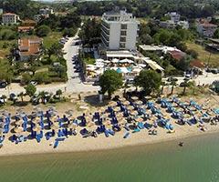 През Май и Юни: 3 нощувки със закуски и вечери в хотел Santa Beach 4*, Агия Триада, Гърция! Дете до 11.99г. - безплатно!