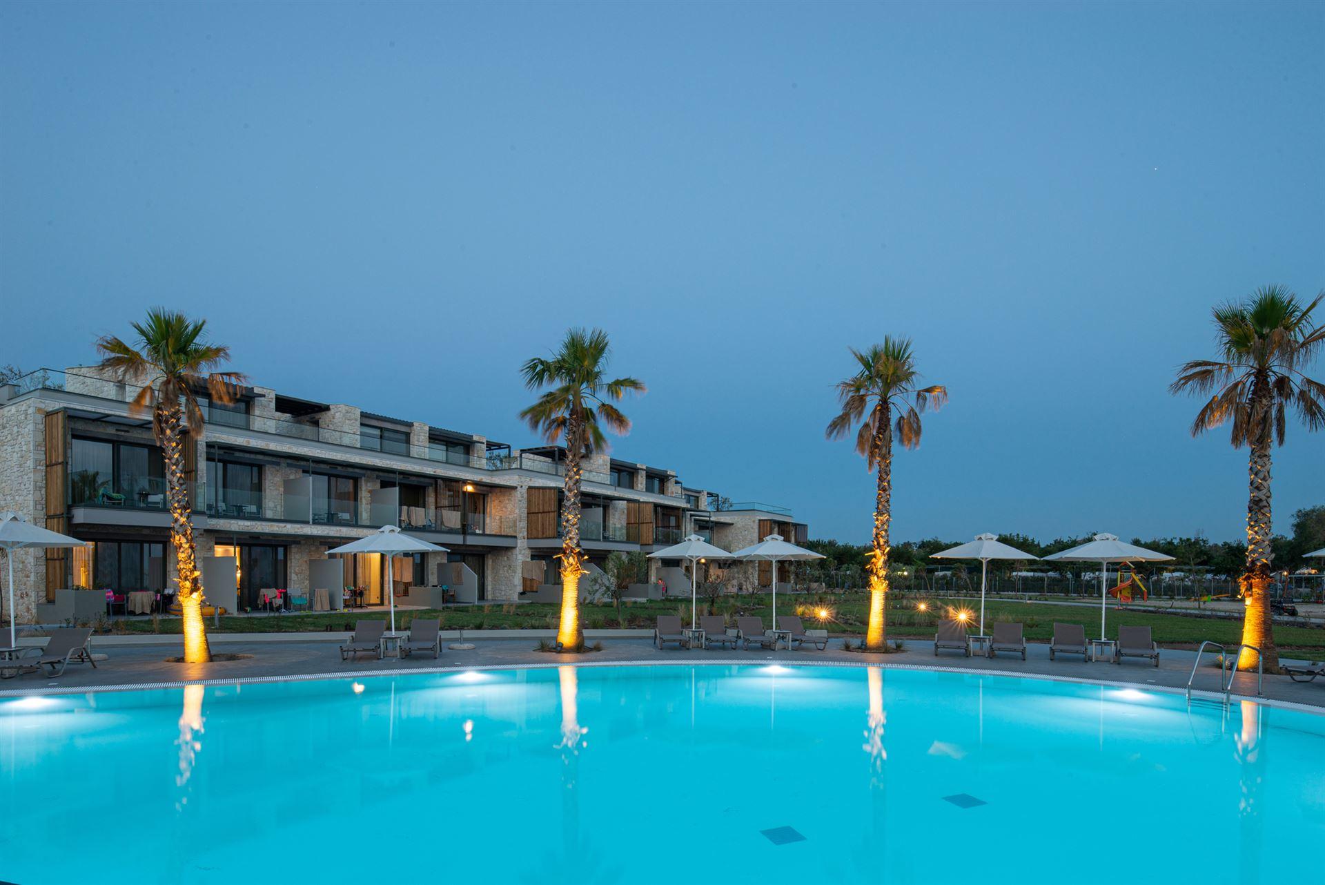 През Август: 5 нощувки със закуски и вечери в хотел Portes Lithos Luxury Resort 5*, Халкидики, Гърция!