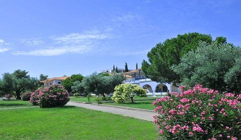 През Септември: 3 нощувки със закуски и вечери в хотел Sithonia Village 3*, Халкидики, Гърция!